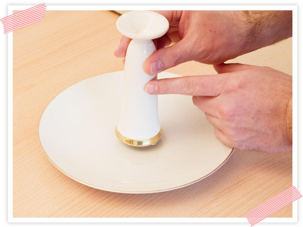 In die Mitte des Tellers setzen und andrücken.