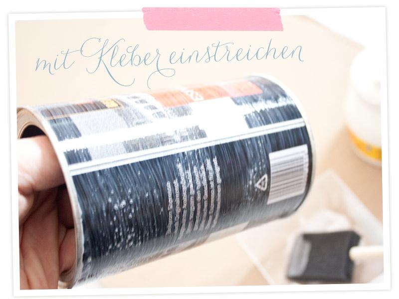 DIY-Anleitung für eine beklebte Dose: Die Dose rundherum mit dem Bastelleim (Art-Potch) einstreichen.