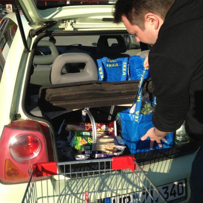 Große Mengen Einkauf im kleinen Auto verstaut