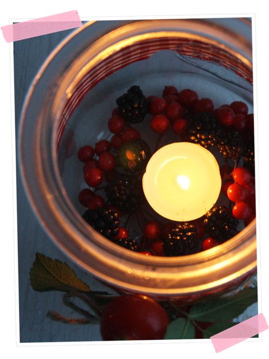 Lichterzauber im Herbst. Ein paar frisch gepflückte Beeren sorgen für herbstliche Stimmung