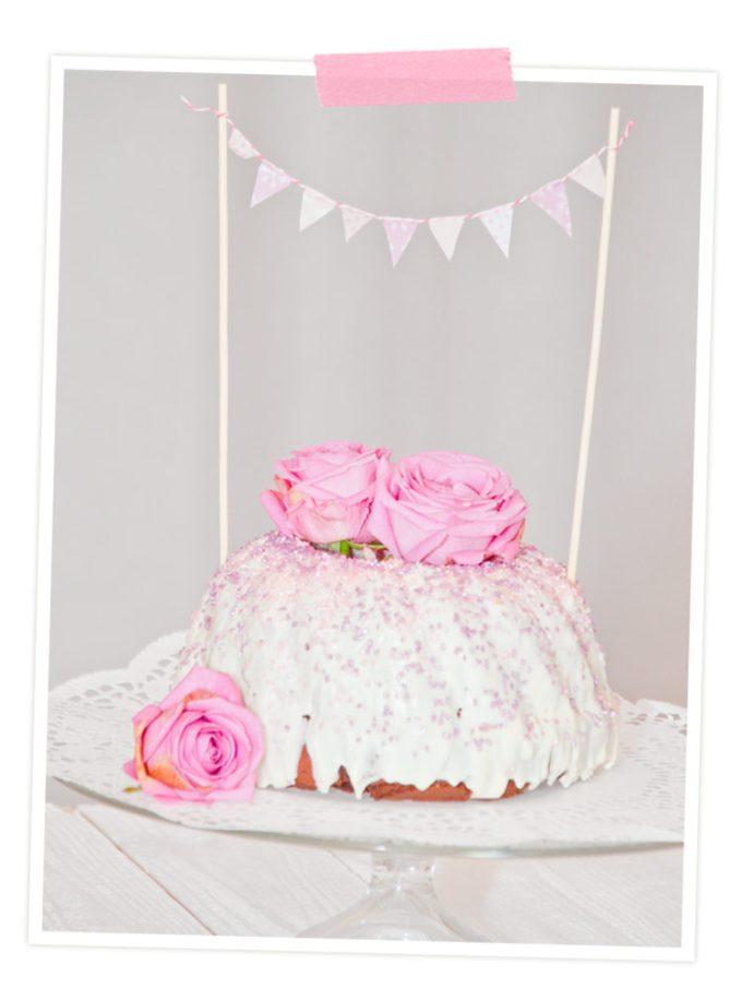 und lecker ist er auch noch. Marmorkuchen mit Vanille Glasur und Wimpelkette aus Washi-Tape