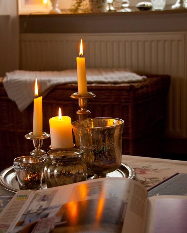 Kaffeepause mit Kerzenschein und einem tollen Buch