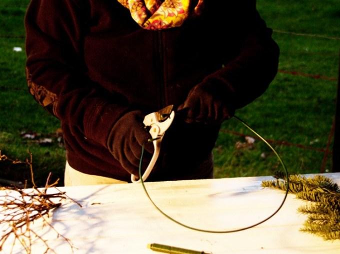 Dann mit Hilfe einer Zange die Enden des Ringes fest drücken, damit der Ring nicht auseinander springt.