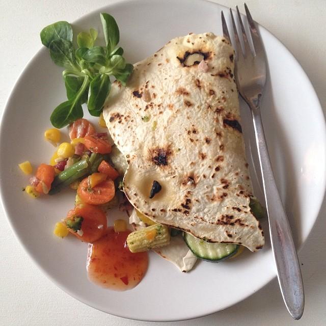 Abendessen. Selbstgemachte Weizentortillias mit Tiefkühl-Gemüse-Mix. Sehr lecker.