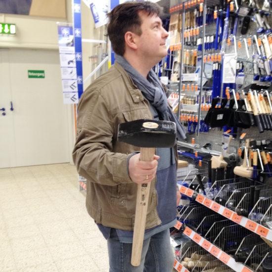 Einen ganz kleinen Hammer für den Mann gekauft ;-)