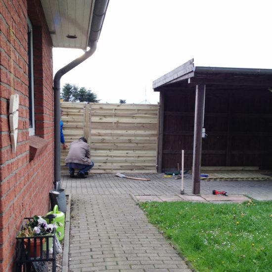 Endlich einen Zaun gezogen... Von da kam immer der Wind und nun hoffentlich nicht mehr ;-)