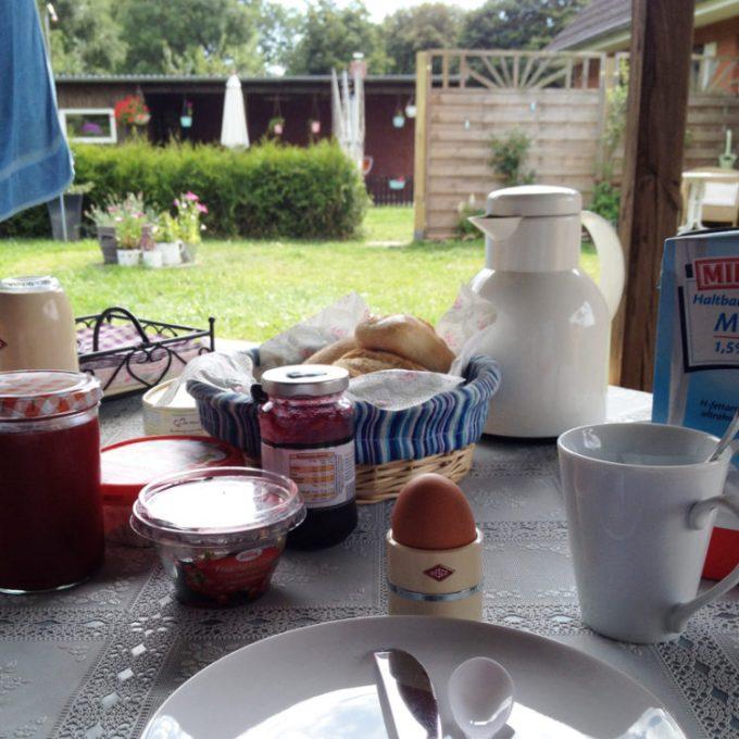 Frühstücken mit Ausblick in den Garten. Der beste Start in einen Sommertag.
