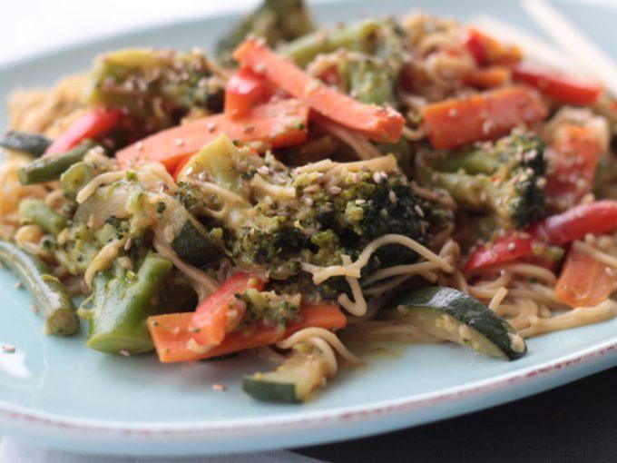 unfassbar leckeres Thai-Gemüse Curry mit Kokos-Erdnuß-Sauce (vegan)