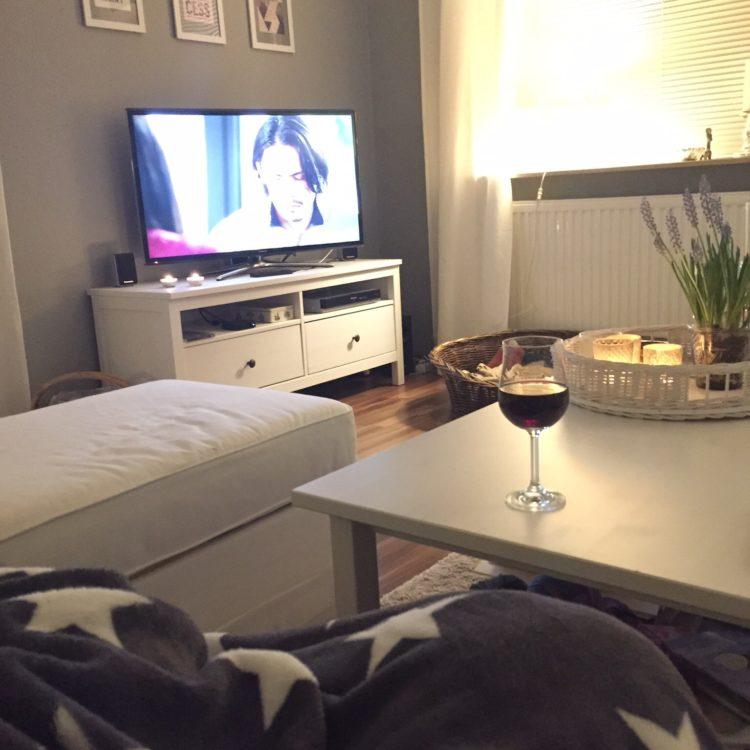 Und dann ein wenig den Fernseher angeschmissen und mit einem Glas Wein den Abend ausklingen lassen... Gute Nacht ihr Lieben!