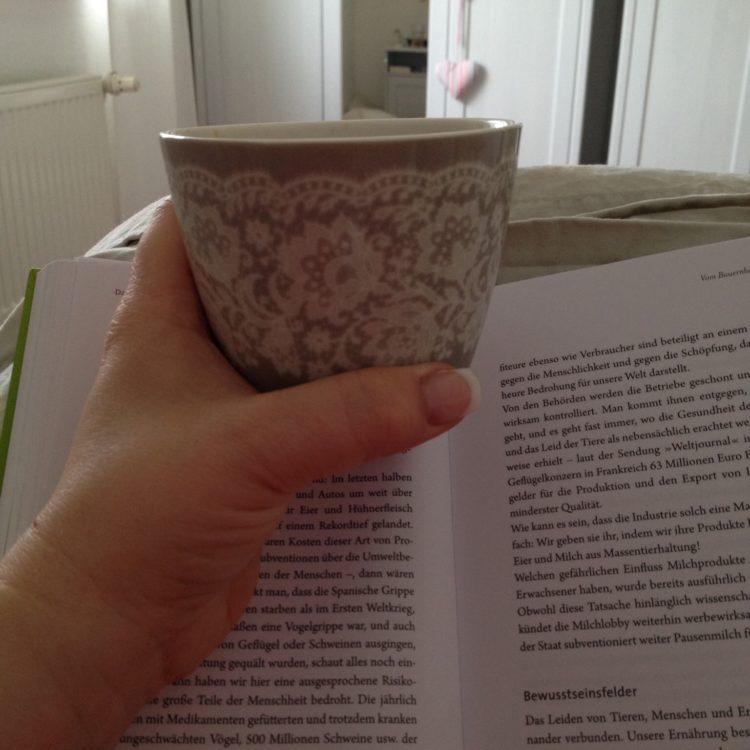 Wir starteten den Tag entspannt mit Kaffee im Bettchen und einem Buch