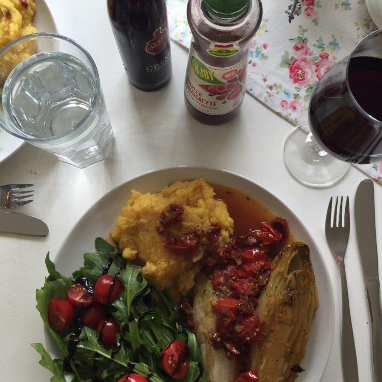 es gab Ofengeschmorten Chicoree mit Tomaten und Polenta. Jammi.