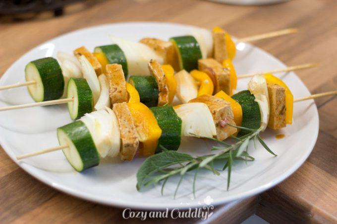 Gemüsespieße mit Tofu oder ohne eignen sich wunderbar für das vegane Grillen. Vegan Grillen ganz einfach. leckere und schnelle Rezepte für den Gasgrill
