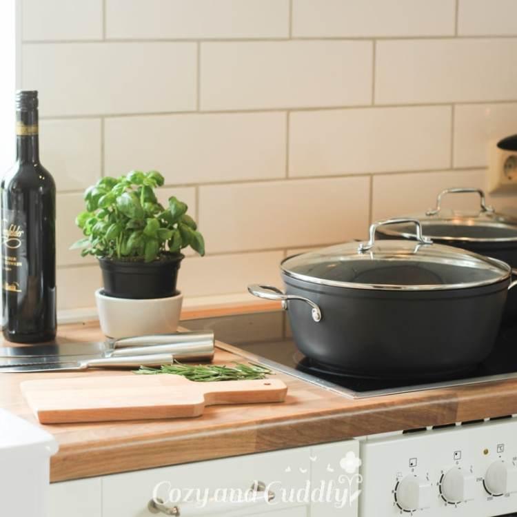 Das Weltbeste Gulasch muss mit viel Zeit und Liebe gekocht werden. Dazu kommen edles Bio-Fleisch, Möhren (Karotten), Tomaten und ein guter kräftiger Rotwein. Und wenn man diese einfachen Regeln befolgt, kann man das Gulasch ohne Brühe und ohne Tüte kochen.