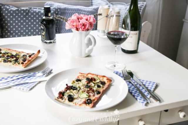 vegane Flammkuchen mit Zucchini, Tomaten und Oliven - mediterran