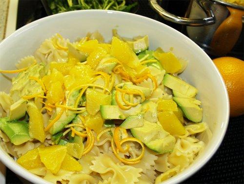nudelsalat mit orangen, avocade und rucola