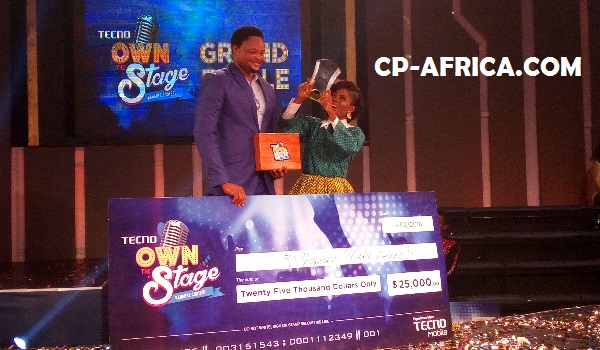 Shapeera receiving her award plaque from the Deputy Marketing manager of TECNo Mobile, Attai Oguche