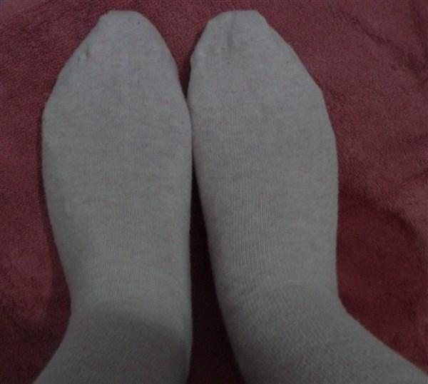 J'ai mis mes chaussetes par dessus ce qui a permis de maintenir le tout en place. Il faut laisser poser une heure. Bon j'ai été pas mal active pendant ce temps, c'estait l'heure du couché. Et le pèroduit a transpércer mes chaussettes. Donc, conclusion, vaut mieux rester tranquille!