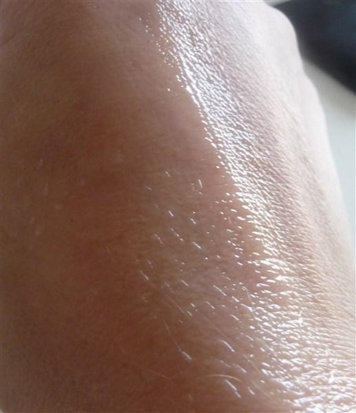 Elle pénétrè assez rapidement dans la peau et laisse un effet satiné.