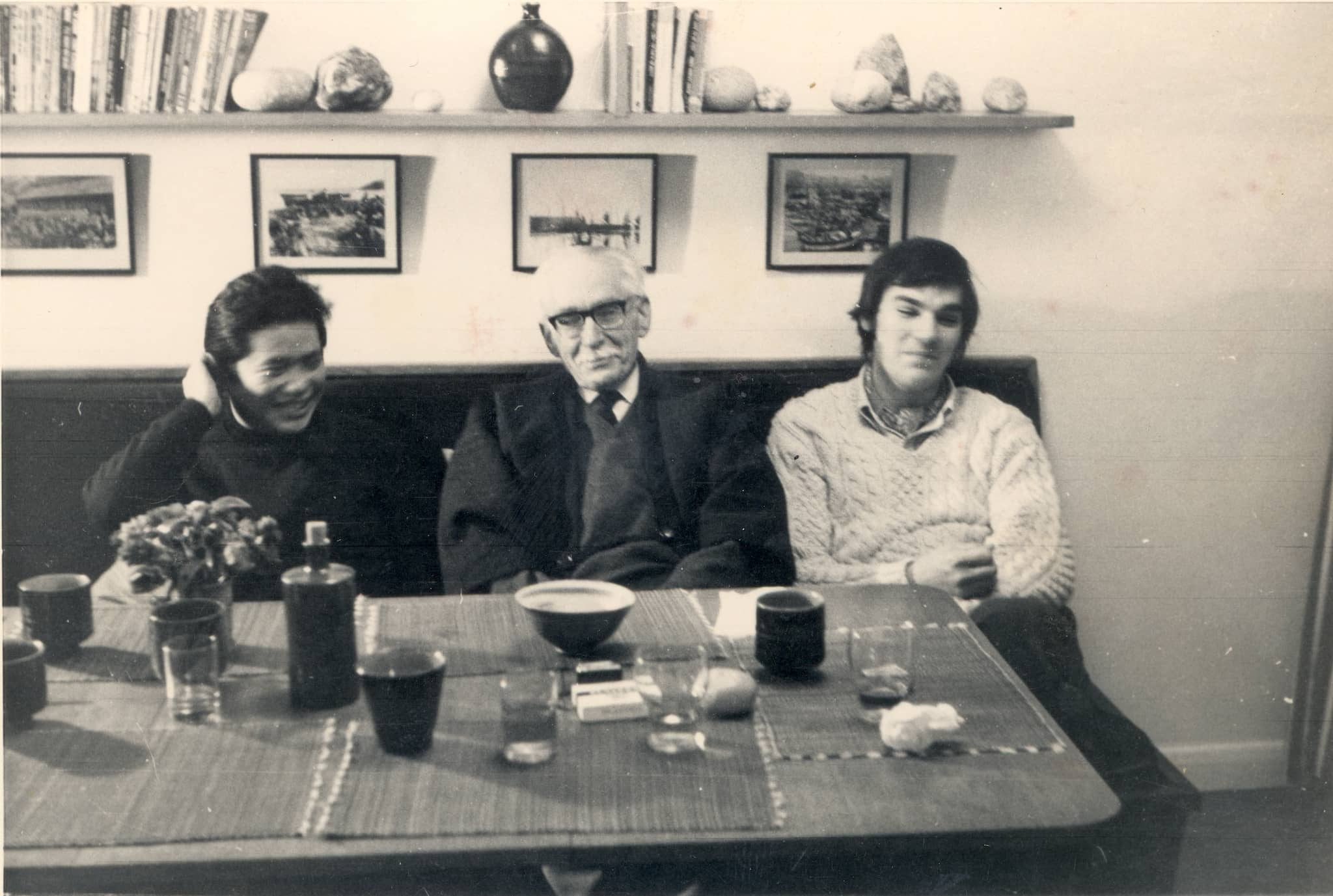 Dinner at Bernard Leach's home (l-r): Shigeyoshi Ichino, Bernard Leach, Jeff Oestreich, 1970. Courtesy of Jeff Oestreich.