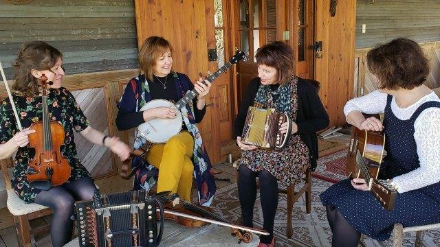 Magnolia Sisters. Anya Burgess (fiddle), Jane Vidrine (banjo), Ann Savoy (accordion), Lisa Trahan (guitar). Denise Kang photo. HARMONY episode of Craft in America.