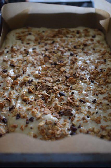 Banana cacao crunch tray bake recipe