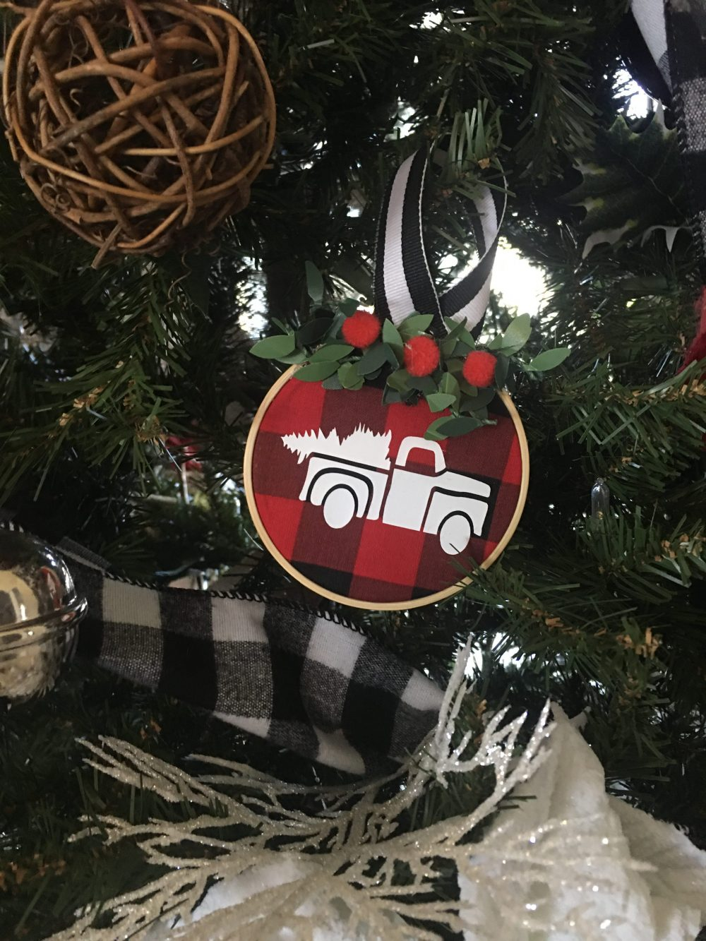 Make your own DIY Mini Embroidery Hoop ornaments using this simple and easy tutorial. Making these are so much fun and take less than 5 minutes to make. #minihoopornaments #embroideryhoopornaments #diychristmasornaments