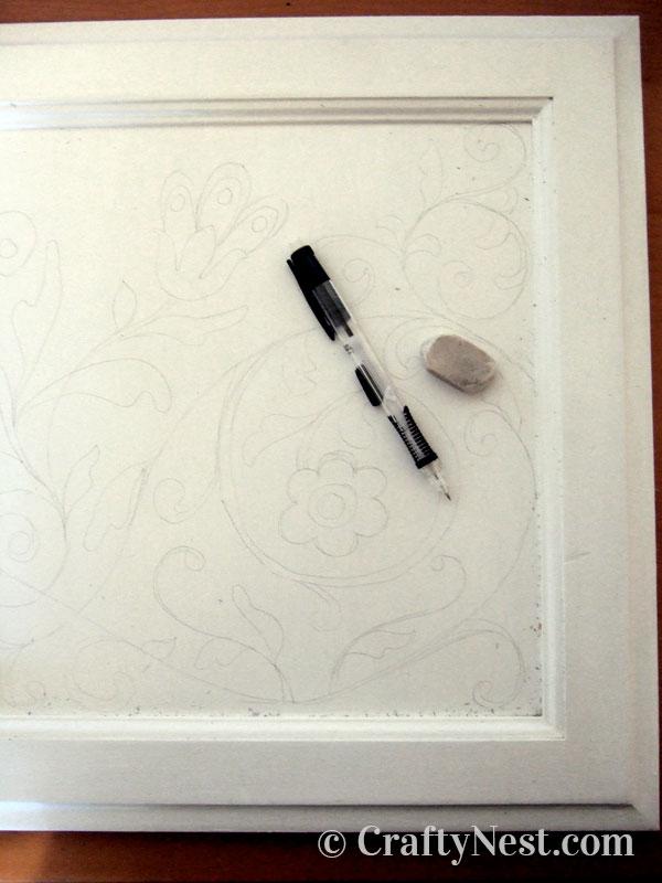 Draw the design onto the cupboard door, photo