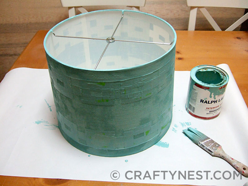 Apply paint to the lampshade, photo
