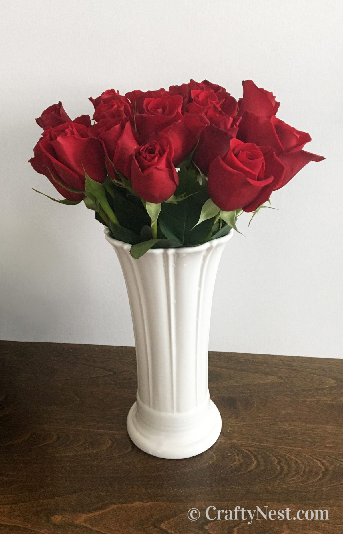Vase of red roses, photo