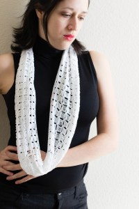 Easy Crochet Infinity Scarf Pattern And Tutorial. Beginner Crochet Pattern Infinity Scarf: how to make an easy crochet scarf, with pattern and video.