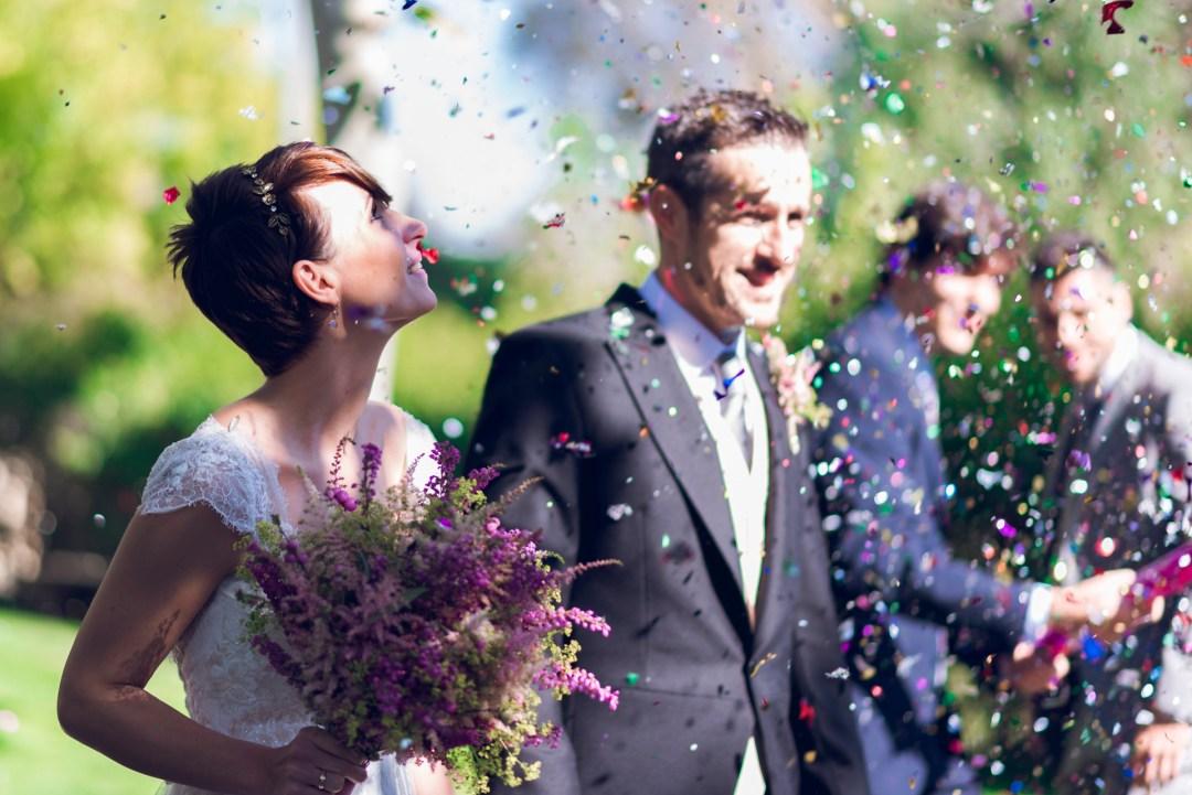 Novios saliendo de la ceremonia ya casados