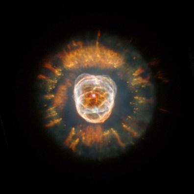 Niesamowita Mgławica Eskimos (NGC 2392) – mgławica planetarna położona w gwiazdozbiorze Bliźniąt. Znajduje się w odległości około 3830 lat świetlnych od Ziemi. Fot. NASA, Andrew Fruchter and the ERO Team [Sylvia Baggett (STScI), Richard Hook (ST-ECF), Zoltan Levay (STScI)
