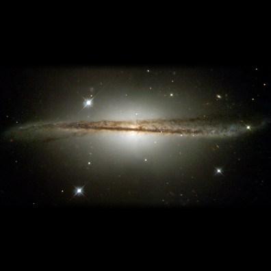 ESO 510-G13 to jedna z najbardziej intrygujących galaktyk. Jest to zdeformowana galaktyka spiralna znajdująca się w konstelacji Hydry, w odległości 150 milionów lat świetlnych od Ziemi. Wedle jednej z hipotez swój kształt zawdzięcza niedawnej kolizji z inną galaktyką lub silnemu zbliżeniu do niej. Fot. NASA and The Hubble Heritage Team (STScI/AURA), Acknowledgment: C. Conselice (U. Wisconsin/STScI)