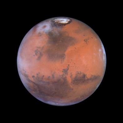 Ikoniczne zdjęcie Marsa wykonane w 1999 roku. W centralnym miejscu fotografii znajduje się obszar, na którym wylądowała sonda Pathfinder. Fot. Steve Lee (University of Colorado), Jim Bell (Cornell University), Mike Wolff (Space Science Institute), NASA