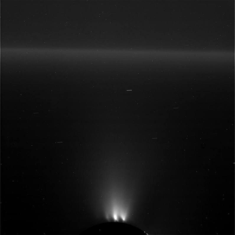 Widok lodowego gejzera tryskającego z południowego bieguna Enceladusa. Zdjęcie nieobrobione, widać smugi wynikające z długiej ekspozycji. Fot. NASA/JPL-Caltech/Space Science Institute