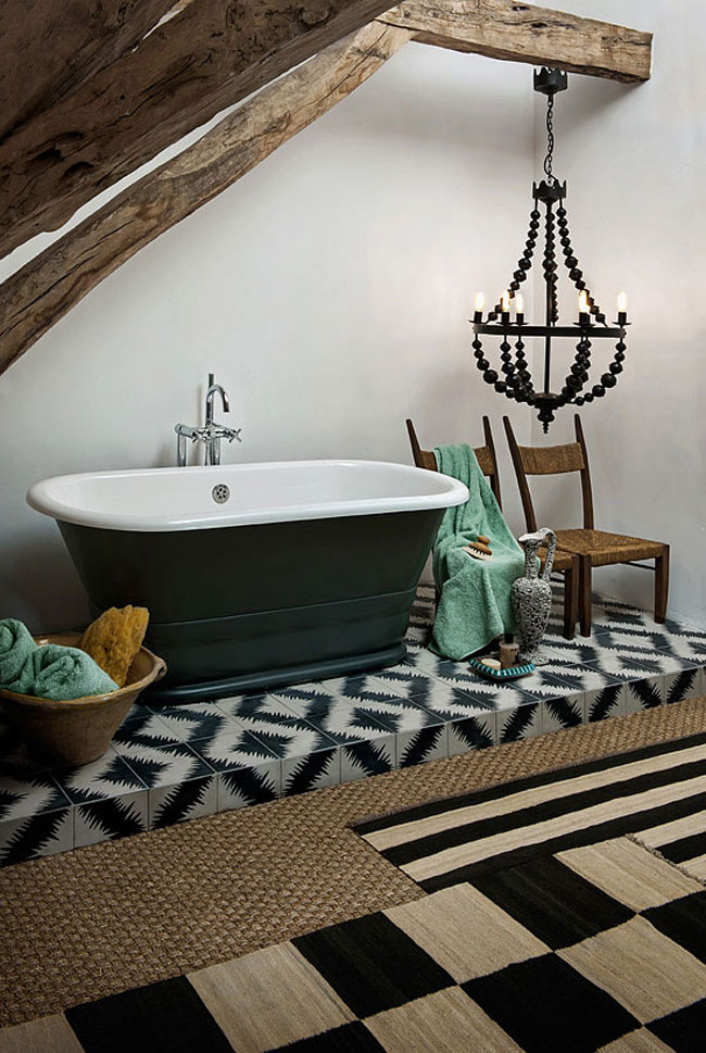 salle de bain ethnique avec baignoire sur pieds