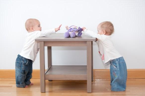 Gemelos bebés de pie