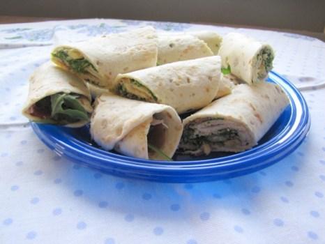 Wraps met parmaham, pesto, rucola, pijnboompitten, parmezaanse kaas