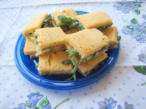 Sandwich met mozarella, tomaat, pesto en rucola
