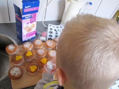 Cakejes bakken (met een pak van Markant) - Creatief en Simpel - Ga naar onze site voor het verslag. de foto's en nog meer leuke ideeen om te knutselen