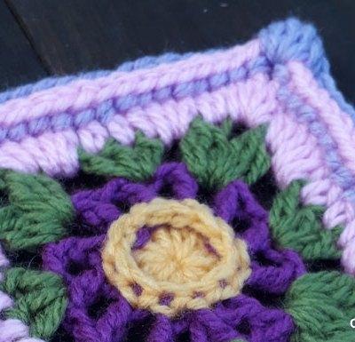 Poppy Wheel GrannySquare - Free Crochet Pattern | Creative Crochet Workshop @creativecrochetworkshop #grannysquare #freecrochetpattern #groovygrannysquarecal