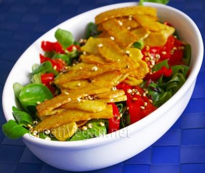 ensalada de tempeh con pimientos, arroz salvaje y sorgo crujiente