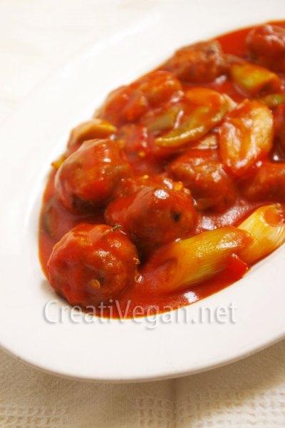 albóndigas de tofu y calabacín en salsa de tomate y verduras