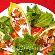 Ensalada de endibias con chips de tempeh y crema de queso vegano
