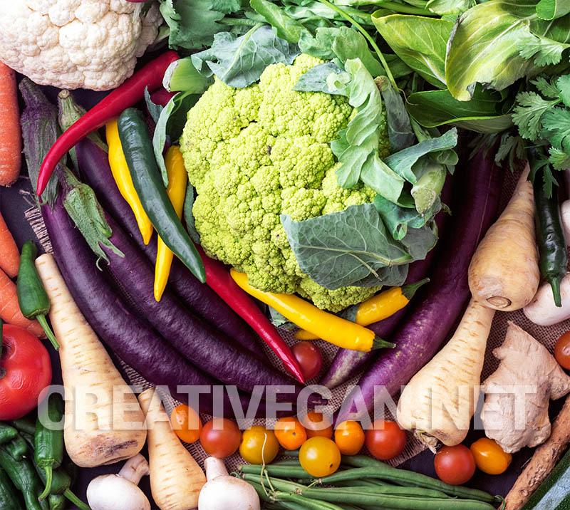 Berenjenas largas, coliflor verde, chirivía, tomates y otras verduras