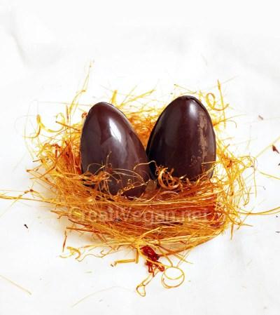 Huevos de chocolate en nido de caramelo