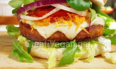Hamburguesa vegetal con queso vegano en lonchas