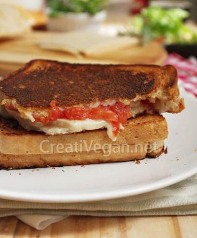 Sánwich con queso vegano en lonchas