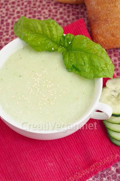 Sopa de pepino y albahaca