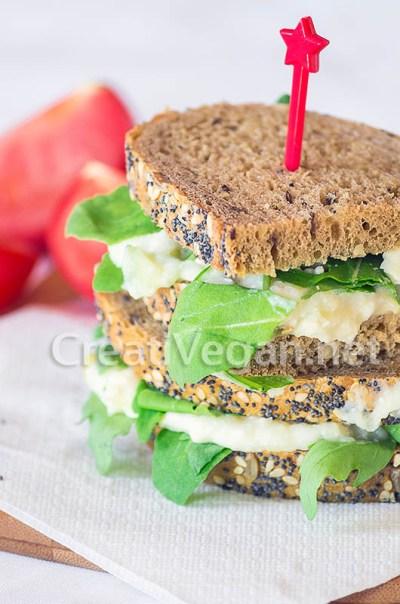 Sándwiches de ensalada de patata y pepino con rúcula